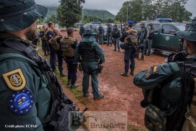 Guardia Civil et gendarmes français en briefing (crédit : ECPAD / Gendarmerie nationale)