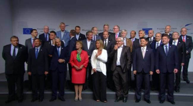 Ashton applaudie par les ministres passe le relais à Mogherini