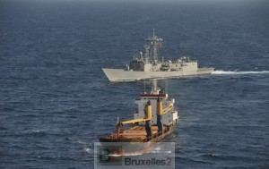 la frégate Navarra en escorte d'un navire du PAM - le programme alimentaire mondial (crédit : Eunavfor Atalanta)