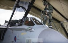 Un pilote dun Tornado GR4 se prépare au vol (Crédit: MOD UK)