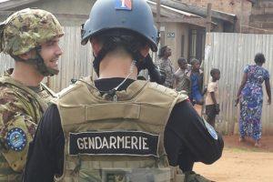 Gendarme français et soldat italien dans les rues de Bangui (crédit : armée italienne)