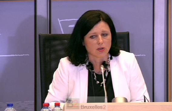 Vera Jourova, tendue lors de l'audition, n'osant regarder les députés (Crédit : EBS / B2)