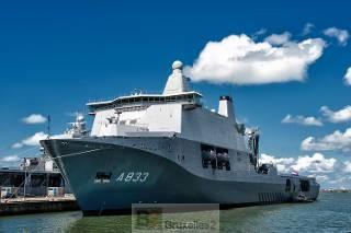 Le Karel Doorman à quai à son port d'attache Den Helder (crédit : Marine néerlandaise)