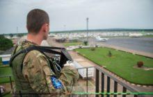 Un soldat géorgien de garde sur le toit de laéroport - armé dun fusil dassaut M4 made in USA (crédit : Oper. Sangaris)