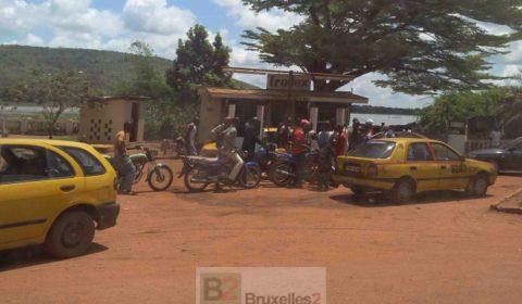 Motocyclettes et taxis devant la file dattente
