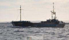 Le navire néerlandais  Van Speijk en escorte dun navire du programme alimentaire mondial, chargé dhuile, de soja et de farine, vers Kismayo en Somalie (crédit : EUNAVFOR)
