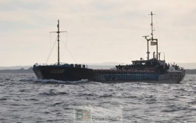 Le navire néerlandais  Van Speijk en escorte d'un navire du programme alimentaire mondial, chargé d'huile, de soja et de farine, vers Kismayo en Somalie (crédit : EUNAVFOR)