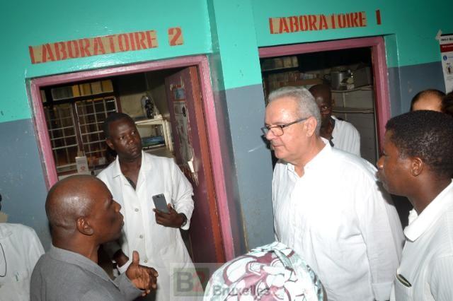 Le Dr Sekou Dixin Ciss, directeur du centre de santé communal de Ratoma et Neven Mimica (crédit : CE)