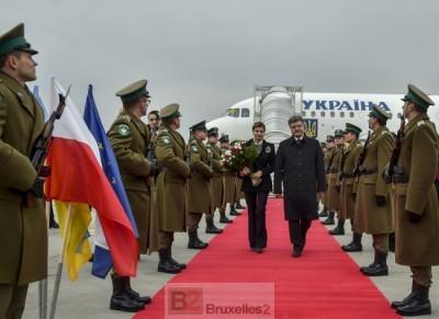 Le président Porochenko arrive en visite en Pologne le jour où il signe l'abandon du statut de non-aligné. Symbole d'une orientation à l'Ouest toute (crédit : Présid. Ukr.)
