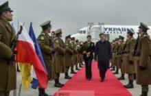 Le président Porochenko arrive en visite en Pologne le jour où il signe labandon du statut de non-aligné. Symbole dune orientation à lOuest toute (crédit : Présid. Ukr.)