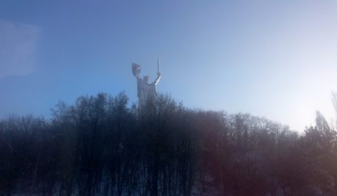 La statue Rodina Mat (mère patrie) dominant Kiev (© NGV / B2)
