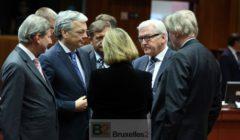 Federica Mogherini (de dos), entourée de plusieurs ministres des Affaires étrangères : Erjavec (Slovénie) Reynders (Belgique), Steinmeier (Allemagne)