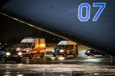 ambulances sur le tarmac de l'aéroport prenant en charge les blessés (crédit : MOD Lituanie)