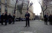 Le commissaire Avramopoulos face à la presse dans la cour de la