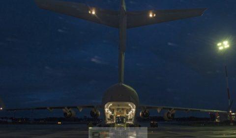 Après le Canada, le Royaume-Uni sengage à former les troupes ukrainiennes. Un C-17 des forces canadiennes livrant du matériel non létal à Kiev en août (crédit : armée canadienne)