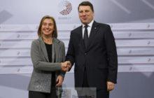 F. Mogherini et R. Vejunis à Riga, à lentrée de la réunion (Crédit : CE / Présid Lettonne UE)