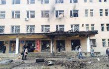 La façade de lhôpital N27 de Donestk atteint (crédit : Ostro)