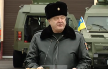 Le président Porochenko en tenue de commandant en chef, des habits et une attitude un peu différents de ceux du président au sommet européen à Bruxelles (Crédit : présidence ukrainienne)