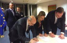 Les deux Premiers ministres et la Haute représentante apposent leur signature sur laccord