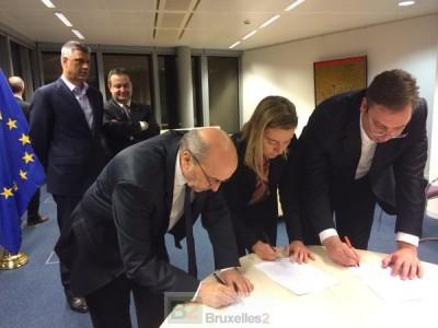 """Les deux Premiers ministres et la Haute représentante apposent leur signature sur l'accord """"justice"""" (crédit : SEAE)"""