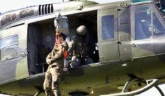 Un hélico Bell HD1 en position dhélitreuillage (crédit : Bundeswehr)