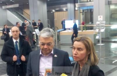 Didier Reynders et Federica Mogherini, condamnant l'attentat de Bamako devant la presse à Riga et confirmant la mort d'un agent de sécurité européen (© NGV /B2)
