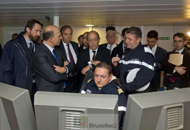 L'équipage du Normandie lors de la Mise à l'eau FREMM Normandie à Lorient avec Pierre Moscovici (à g.) alors ministre de l'Economie et des Finances et le ministre de la Défense, J.Y. Le Drian (au milieu) © Marine Nationale P. Dagois)