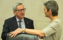 Jean-Claude Juncker en conversation avec la commissaire à la Concurrence Margrethe Vestager à la réunion de la Commission du 15 avril (crédit : CE)