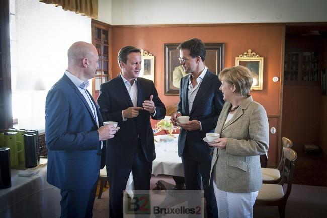 Reinfedlt, Cameron faisant la leçon, Rutte et Merkel autour d'un café (crédit : )