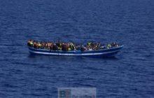 Réfugiés sur un bateau de bois en Méditerranée (crédit : gardes cotes islandais)