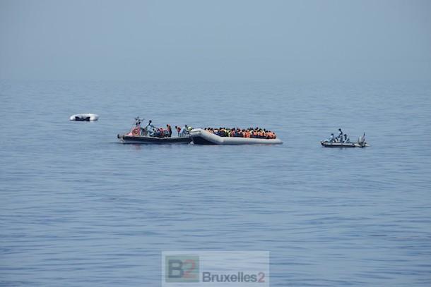 Le commandant birot en sauvetage à trois embarcations en détresse (crédit : Marine nationale)