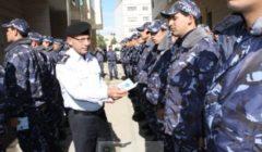 Distribution du code de conduite à la police palestinienne (crédit : EUPOL Copps)