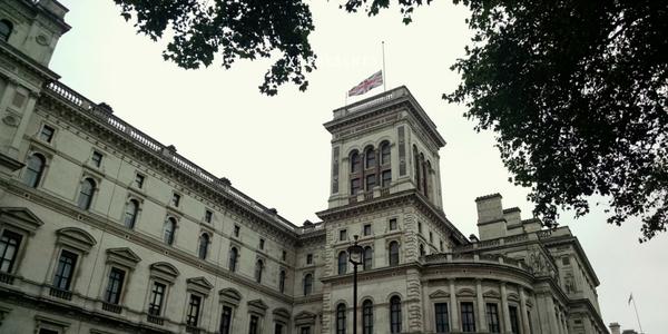 Les drapeaux en berne sur le Foreign Office dimanche (crédit : FCO)