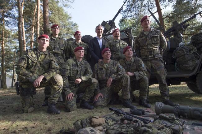 Jens Stoltenberg et des soldats de l'exercice Noble Jump 2015 (crédit : OTAN)