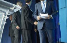 Donald Tusk arrive en salle de presse, plutôt tendu... (crédit : CUE)