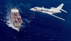 Un Falcon 50 en déroutement dun porte-containers (crédit : DICOD / Marine 2012 - archives B2)