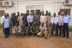 Groupe de participants du Gouvernorat de Dosso avec le chef des opérations, les experts d'EUCAP et les officiers supérieurs nigériens. (Crédits: EUCAP Sahel Niger)