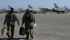 Deux pilotes se dirigent vers les Mirage 2000D sur la base de Solenzara - opération Harmattan (crédit : DICOD / EMA - archives B2).