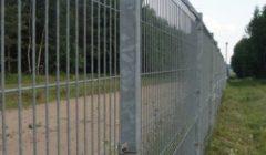 La frontière entre la Lituanie (membre de lespace Schengen) et le Belarus. Un grillage bien positionné le long de la frontière...