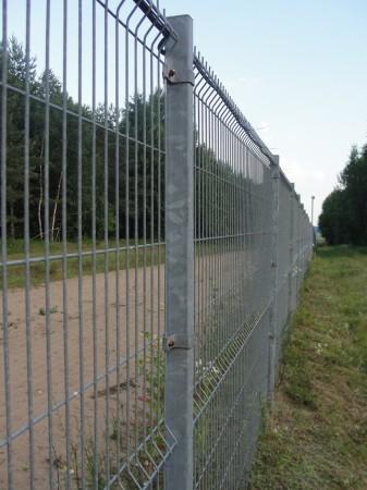 La frontière entre la Lituanie (membre de l'espace Schengen) et le Belarus. Un grillage bien positionné le long de la frontière...