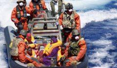 Transfert de réfugiés du HMS Enterprise vers le Schleswig-Holstein. Sur le bateau (à droite en violet, A. Rahma qui donnera naissance à Sophia) - Crédit : Bundeswehr