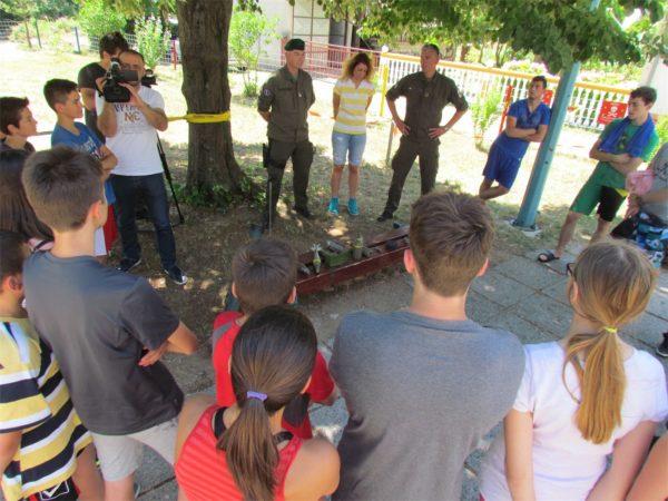 Session pratique de formation à la détection et réaction face à une mine (Crédits: EUFOR Althea)