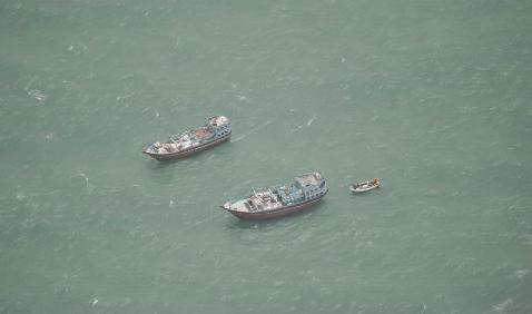 Le FV Siraj et le FV Jaber au mouillage au large de la Somalie, vu par un avion d'EUNAVFOR / Crédit : EUNAVFOR Atalanta