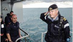 Commandant du HMS Richmond au salut sur le Cavour, le navire amiral (italien) servant de QG flottant à lopération EUNAVFOR Med / Sophia