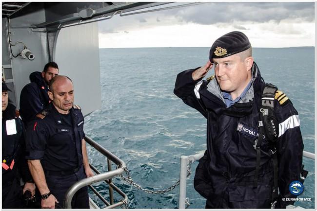 Commandant du HMS Richmond au salut sur le Cavour, le navire amiral (italien) servant de QG flottant à l'opération EUNAVFOR Med / Sophia