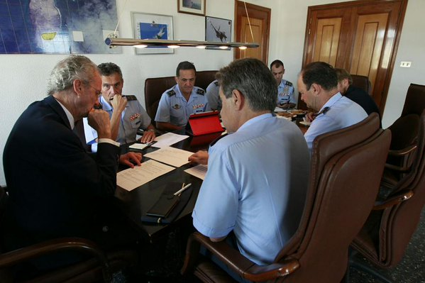 Le ministère de la Défense P. Morenes avec les officiers aux Canaries (crédit: MOD Espagne