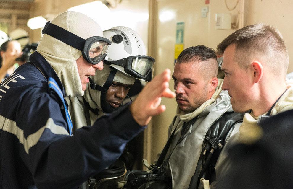 Equipe d'intervention Togolaise lors de l'exercice incendie à bord du BPC Mistral. Le personnel est intégré dans les équipes d'intervention du bord. A bord le 29 octobre 2015.        L'opération Corymbe est une opération quasi-permanente des forces armées françaises dans le golfe de Guinée mis en place depuis 1990. Déployée dans une zone d'intérêt stratégique, l'opération Corymbe vise deux objectifs majeurs:          - participer à la protection des intérêts français dans la zone.                                          - participer à la diminution de l'insécurité maritime dans le golfe de Guinée et notamment en aidant au renforcement des capacités des marines riveraines du golfe dans le domaine de la sécurité maritime.                 Le BPC (bâtiment de projection et de commandement) Mistral a appareillé de Toulon le 07 octobre 2015 pour l'opération Corymbe.