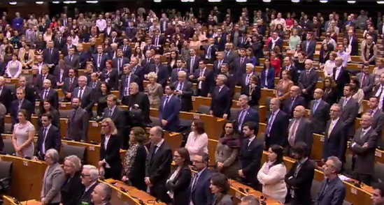 Le chant révolutionnaire entonné (en français !) par les députés debout lors de la mini-plénière de Bruxelles (crédit : PE)