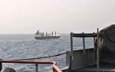 """Le navire de guerre néerlandais """"Johan de Wiit"""" accompagne un navire transportant (Crédits: EUNAVFOR Somalia)"""