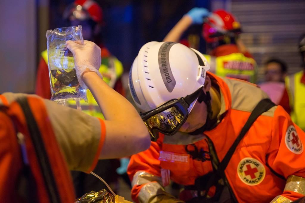 Evolution du casque de pompier FR 1812-2015 - Page 2 SecouristesAttentatsParis@CRF151113